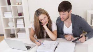 Mladý pár študuje dokumenty