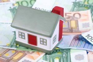 Dom položený na bankovkách